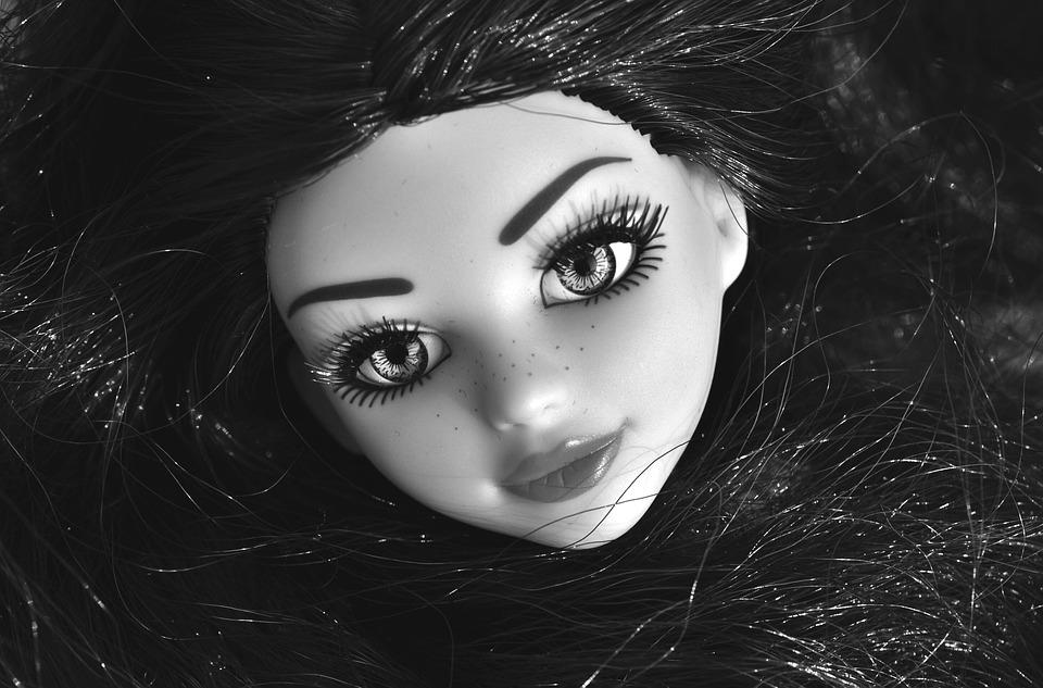 Awalnya Boneka Bekas di Pasar itu Dibeli karena Lucu, tapi Akhirnya