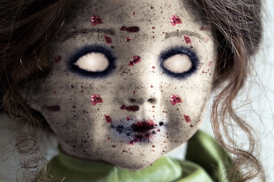 Boneka itu tampak begitu seram