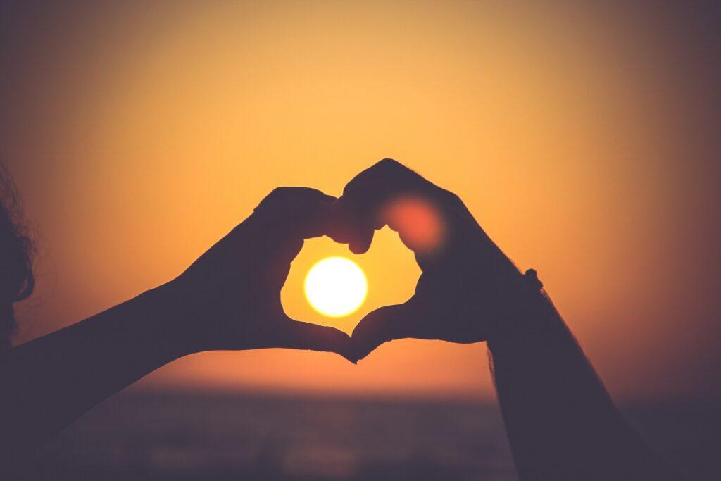 Cinta itu pertama-tama bukan memiliki, tapi saling memberi