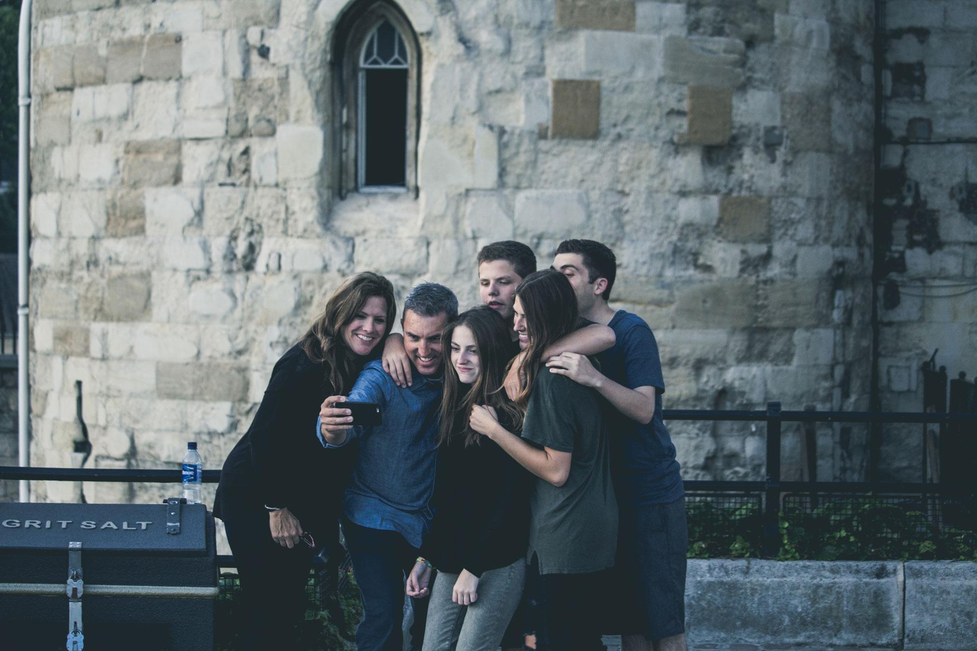 Pemuda Ini Mengira Kawan-kawannya Masih Hidup, Tapi Ternyata (Bag 1)