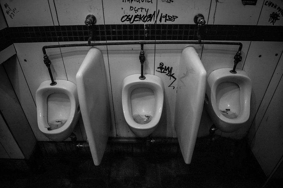 Riddle: Pemuda ini Tidak Menyadari Kejanggalan di Toilet Kampusnya