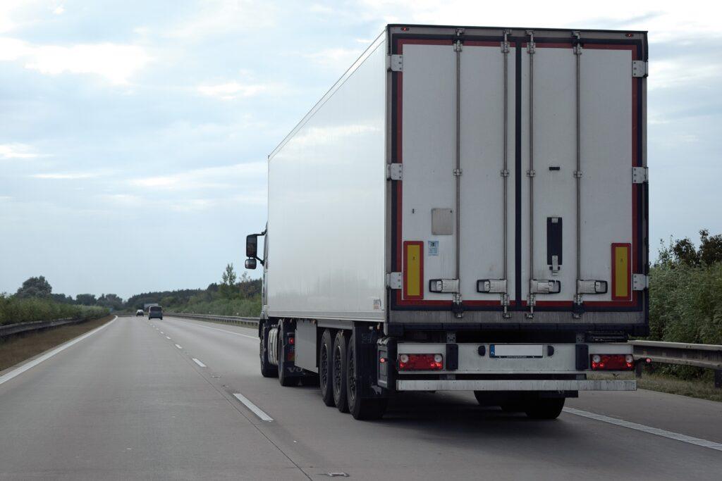 Terkadang pandangan sopir truk bisa 'terhalang' ketika senja datang