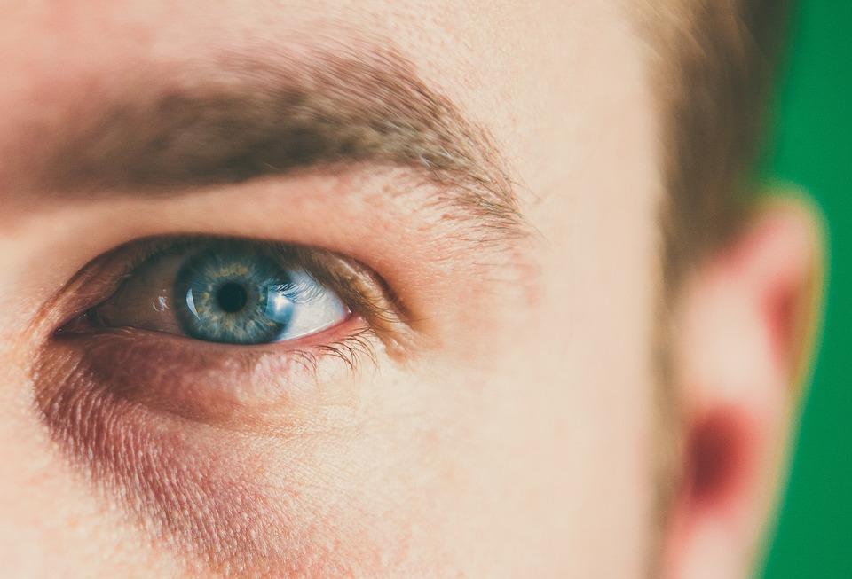 Ia Dipaksa Mengenakan Obat Tetes Mata dan Ini Yang Sebenarnya Terjadi
