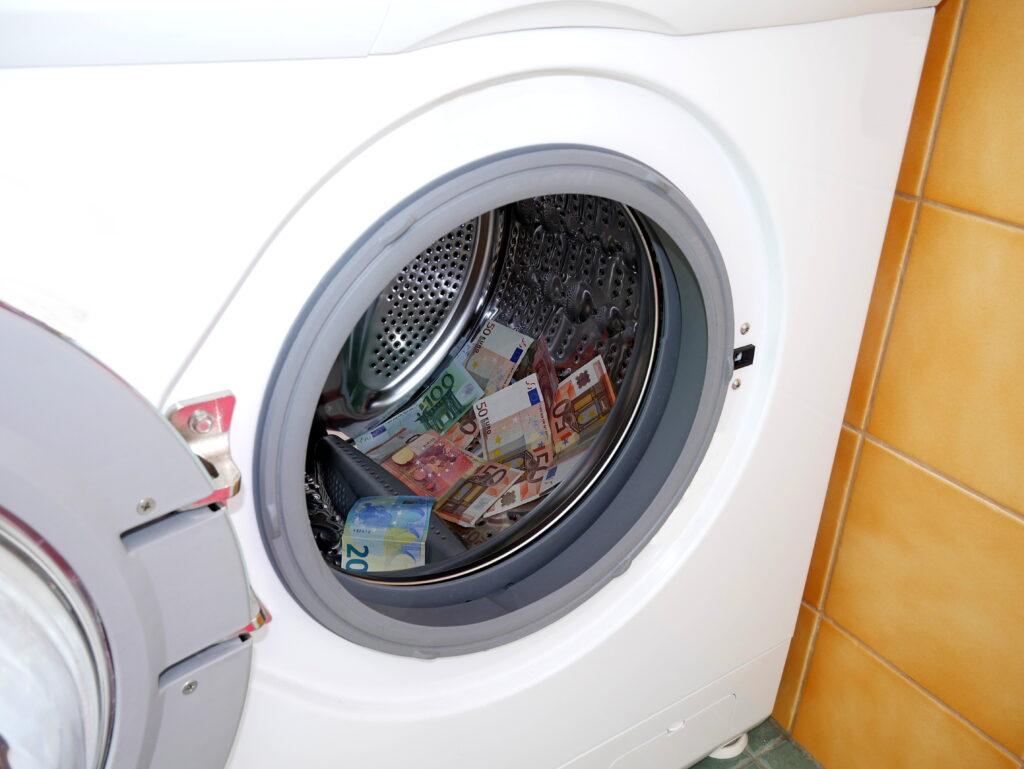 Kalau mau irit jangan cuci uang di laundry-an juga ya -_-