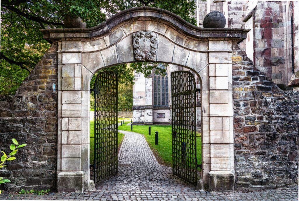 Pintu gerbang terbuka begitu saja