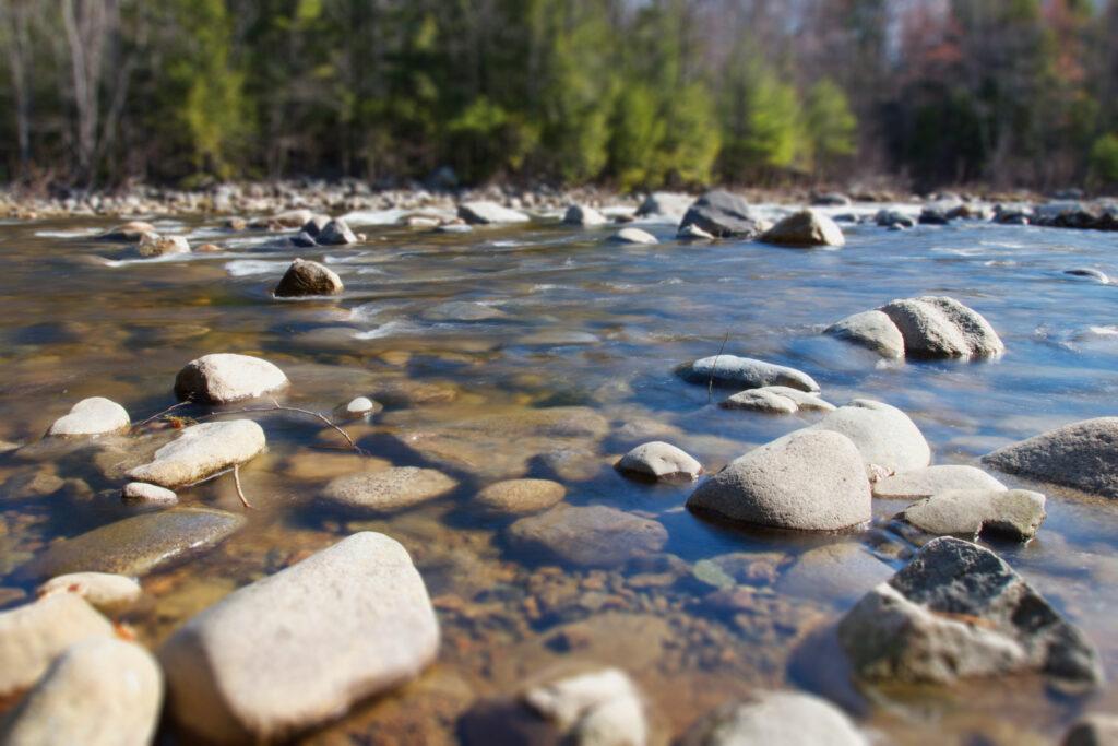 Carilah sungai yang tenang dan dangkal