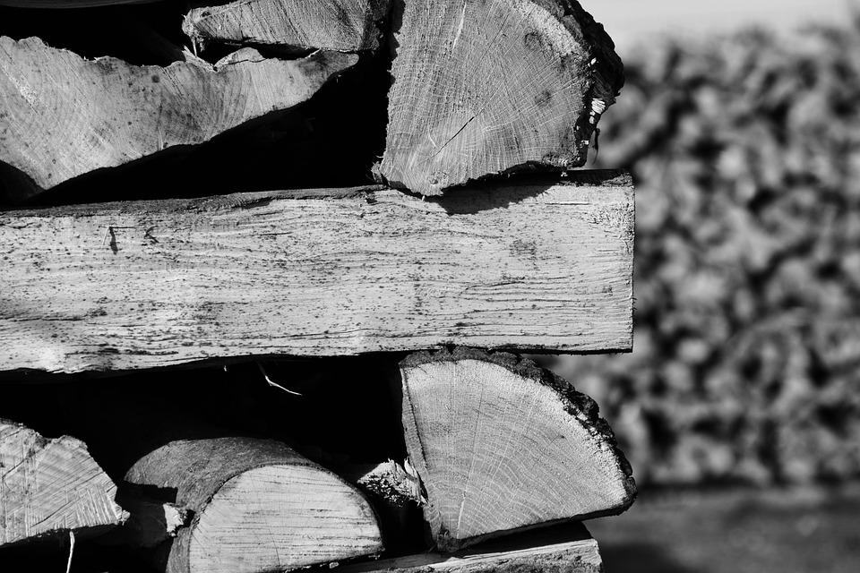 Tumpukan kayu yang sudah menunggu untuk dibakar