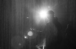 Aku Penasaran dengan Pria yang Menangis di Bawah Hujan